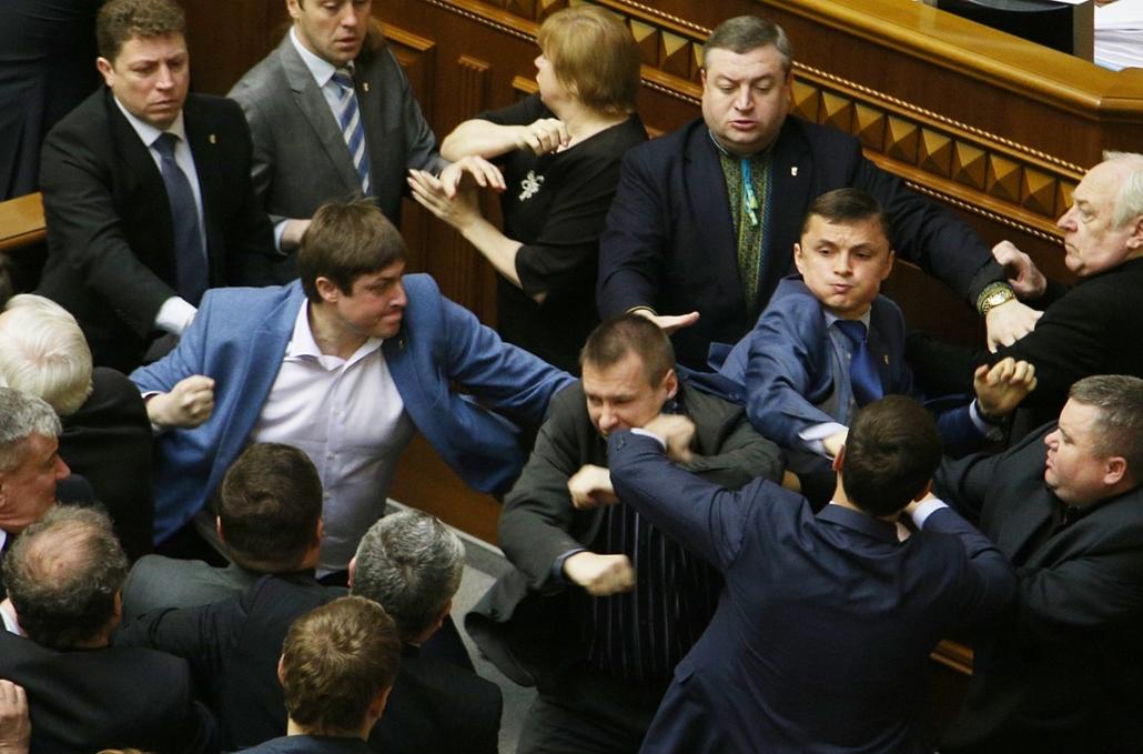 afp. ukrán parlament, verekedés, Kijev, Ukrajna 2014.04.08. Ukraine, Kiev : 2409642 Ukraine, Kiev. 04/08/2014 Deputies of Ukraine's Supreme Rada (parliament) in session.