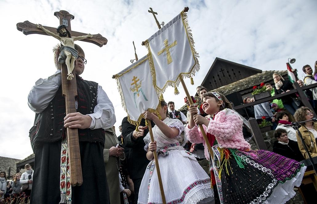 tg.16.03.27. - Hollókő: feltámadási körmenet, locsolkodás - húsvéti forgatag - húsvét