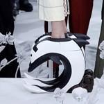Olyan extrém cipőket mutattak be Párizsban, amelyeket csak segítséggel lehet felvenni
