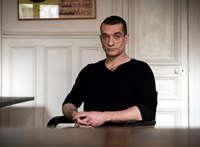 Őrizetbe vették az orosz performanszművészt, aki kirobbantotta a párizsi főpolgármester-jelölt szexbotrányát