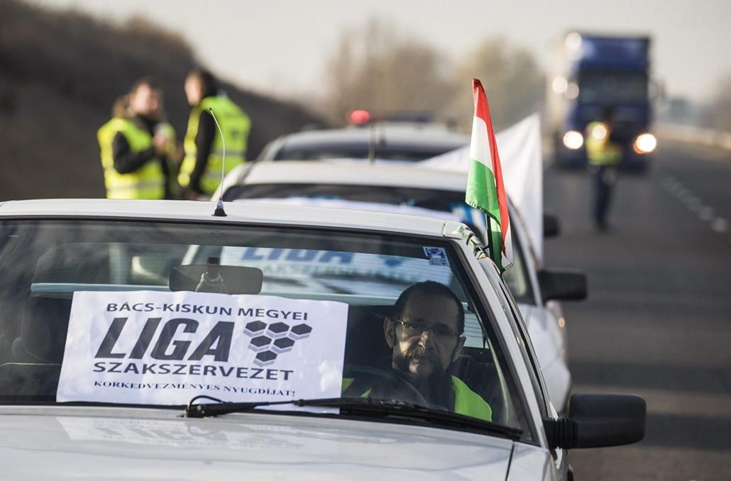 mti. Útlezárások - 2014.12.15. Kecskemét, 2014. december 15. Résztvevők a LIGA Szakszervezetek forgalomlassító demonstrációján az 54-es főúton Kecskemét határában 2014. december 15-én.