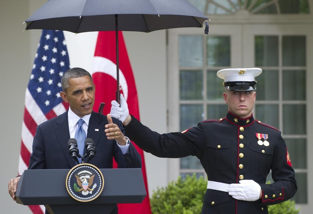 afp. nagyításhoz - esernyő - eső, időjárás, zivatar, vihar, Barack Obama, Washington, Egyesült Államok  2013.05.16.