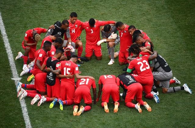 afp.18.07.09. - Ima - A panamai csapat is együt imátkozik.