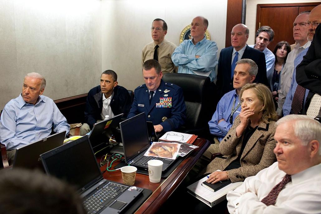 lehetőleg ne - flickrCC_! - 11.05.01. Az elnök és biztonsági kabinetje a Fehér Ház szituációs szobájában az al-Kaida terrorszervezet vezetőjének, Oszáma bin Ládennek likvidálását figyelik.