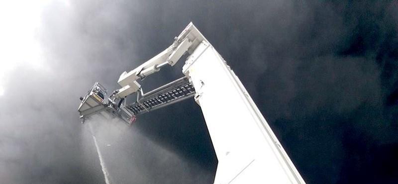 Fotók érkeztek a kiégett raktárépületről