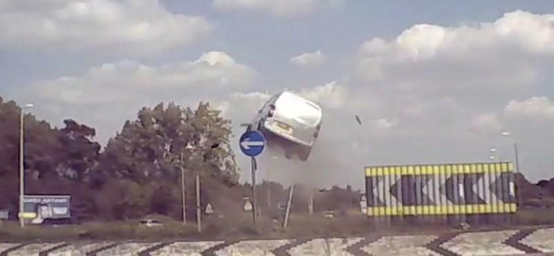 Hatalmasat repült a furgon a levegőben, nem vette be a körforgalmat – videó