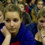Fotók: megkönnyezték a diákok a ELTE-gyakorló bezárását