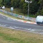 Videó: Két keréken száguldott a kis Daihatsu a Nürburgringen, igaz nem önszántából
