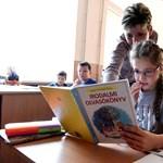 Mindenkinek ingyen adná a tankönyveket a köznevelési államtitkár