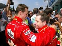 Michael Schumacher Forma–1-es futamokat néz