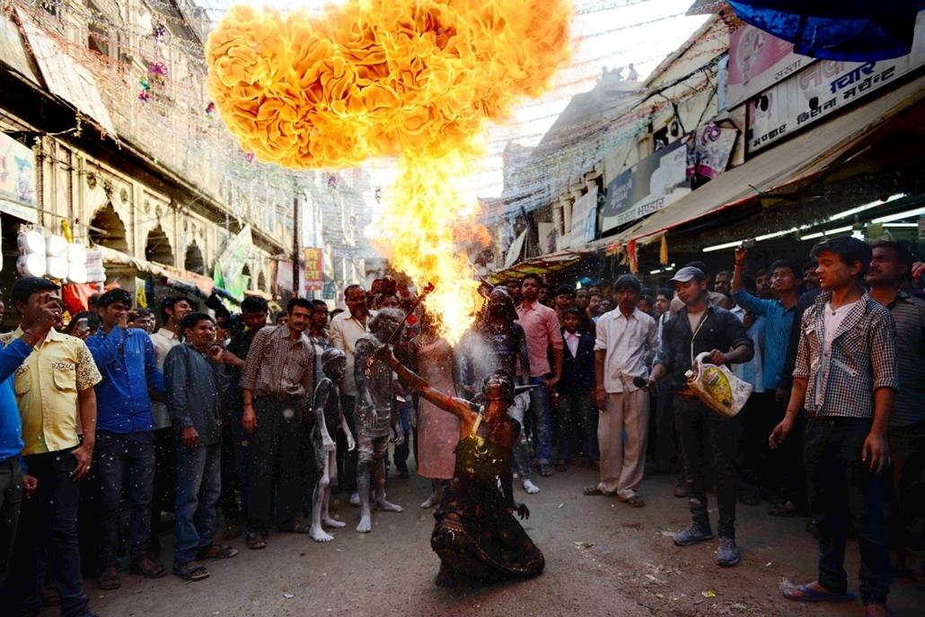 afp.15.02.17. - Allahabad, India: tűzfújás a Maha Shivratri hindu fesztivál zarándokai előtt - 7képei