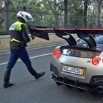 Simán kikapta a rendőr a forgalomból az 1850 lóerős Nissan GT-R-t - de nem azért, mint gondolnánk