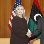Hillary Clinton segélyt vitt Líbiába