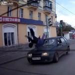 Videó: Így kell túlélni egy Lada Samara gázolását