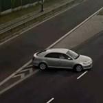 Klasszikus példa, hogyan kerül szembe a forgalommal egy autós – videó