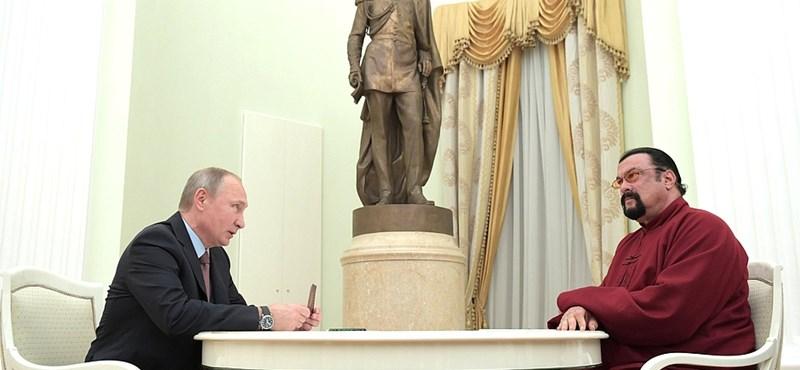 Ilyen az, amikor Steven Seagal orosz személyit kap Putyintól - fotó
