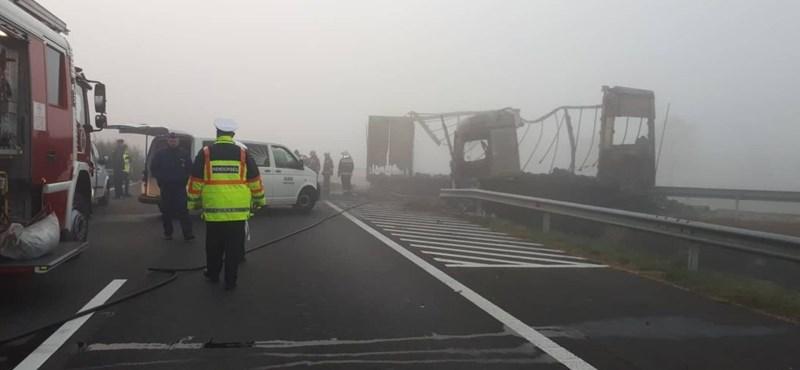 Heten haltak meg a hajnali balesetben az M5-ösön