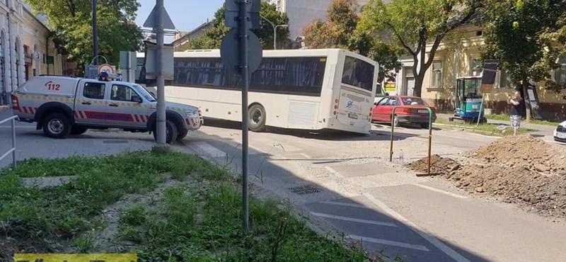 Belesüppedt a hódmezővásárhelyi tramtrain árkába egy busz