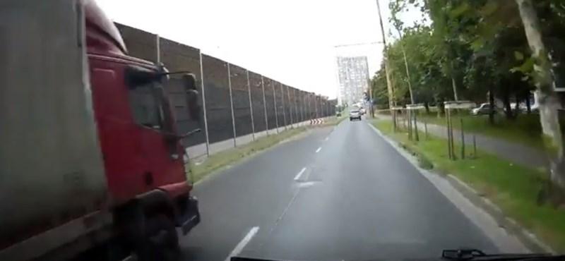 Majdnem letolta a trolit az útról a teherautó - videó