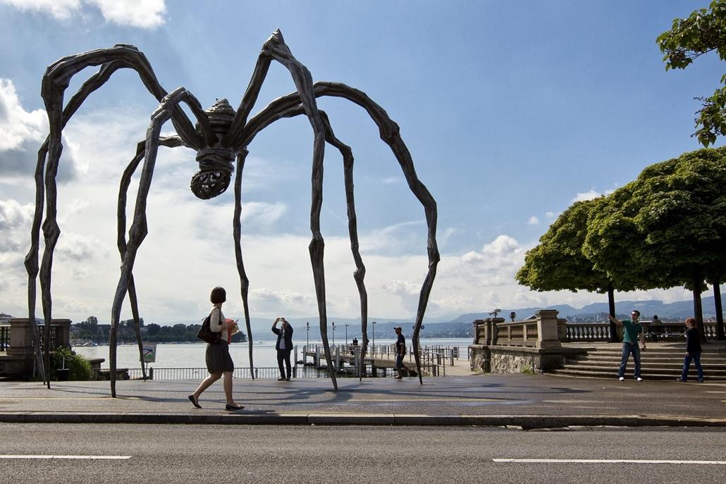 Svájc - ''Maman'', a pók gyönyörködik Zürichben, Louise Bourgeois elgondolása alapján.