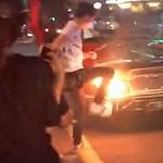 Videó: Addig üvöltette az utcán a Lamborghinijét, amíg kigyulladt a kocsi