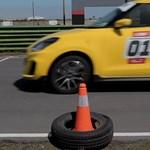 Így gyorsul le egy 140 lóerős Swift egy 639 lovas Mercedest - videó
