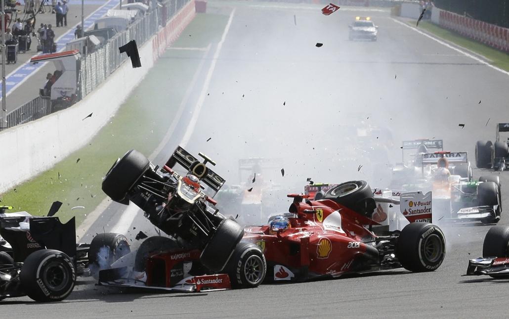 Hét képei nagyítás - Maldonado az indulásnál kiugrott, majd Grosjean szorította le Hamiltont, a két autó kereke összeakadt, és kiütötték Alonsót és Perezt - Forma-1